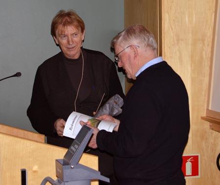Rune Kjenstad takkes for et fint kåseri. Historielagets formann, Kjell Ivar Aune, til høyre. Foto: Fridtjof Simonsen