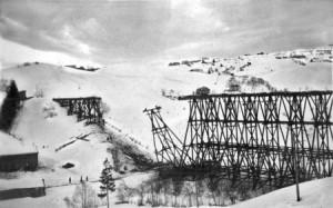 Viadukten ved Selsbakk under riving etter 1921. Størenbanen (åpnet 1864) hadde sin første trasé lenger ned i terrenget på Selsbakk. Normalspor (1435 mm) ble innført i 1921, og nåværende trase ble anlagt, lenger opp i lia. Foto fra Else Fløttum